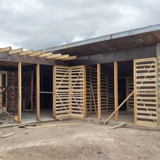 Instalación de viguetas de madera y estructura de bahareque